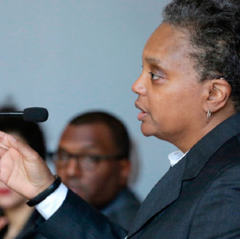 Lori Lightfoot para alcalde en podium Shot